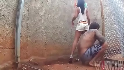 Fodendo a namorada putinha no quintal de casa