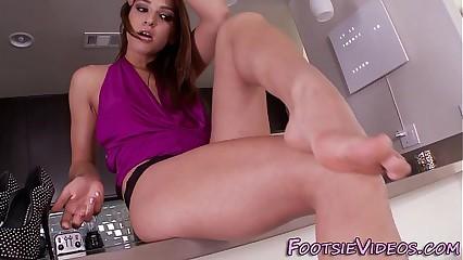 Babe wiggles spunked feet