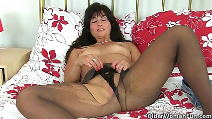 UK milf Lelani prefers them big
