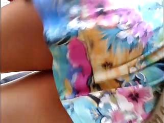 em baixo do vestido florido