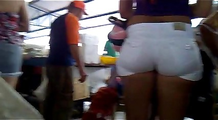 delicioso culote en shorts blancos