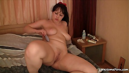 Solo action of the big-booted amateur chick