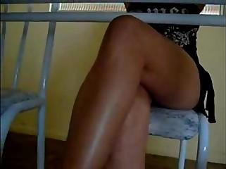 por baixo da mesa