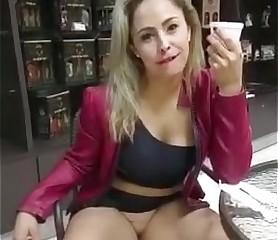Milf brasilera sin calzón muestra su vagina en público