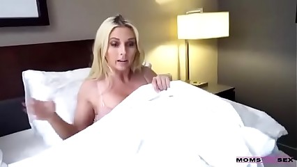 son sleeps with mom - DEALINGPORN.COM