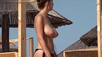 pelirroja en la playa vaya pezones