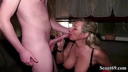 Mutter troestet MEGA Pimmel Freund ihrer Tochter mit Fick