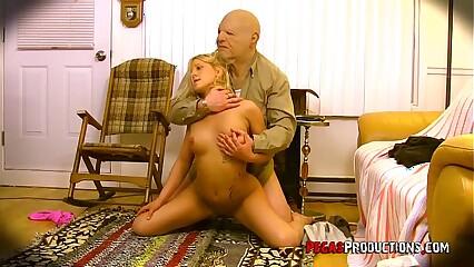 Un Vieux Criss Defonce une Jeune Blonde