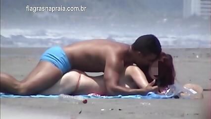 Casal sem vergonha tenta fazer sexo na praia sem chamar a atenção
