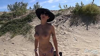 Carole, baisée sur la plage elle se prend une douche de sperme