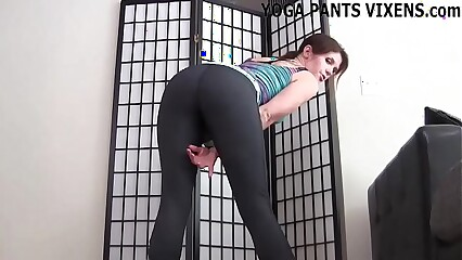 These skin tight yoga pants give me the biggest camel toe JOI