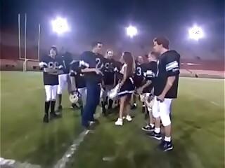 Porrista muy puta se la coje todo el equipo. Comenten y suscríbanse. ¿quién se atreve?