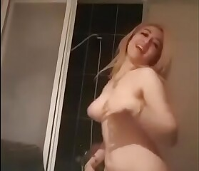 رقص عاري في الحمام