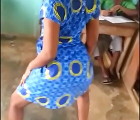 Ghana student dance  to remove her pants