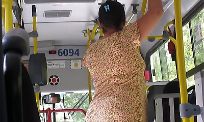 Coroa gostosa Empinando a Buna no ônibus!