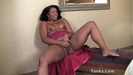 Amateur Ebony MILF Sydnee Masturbating