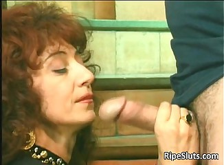 Horny mature hooker gets that wet hairy