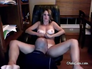 Amateur guy licking hier wife pussy on cam