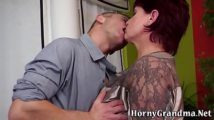 Mature whore gets oral
