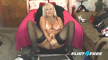Amateur Milf Fingers Herself
