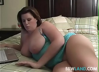Busty MILF Drills Pussy During Cam Show