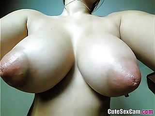 Brunnete Big Natural Tits CamGirl