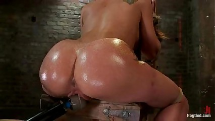 Amy Brooke gets her pussy vibrated and squirts