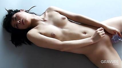Gravure.com idol Reika Yamada 山田ç┼╜²è┬П¯ shaved pussy dildo masturbation