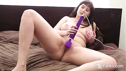 Busty Yanks Honey  Envy B. Vibrates Her Quim