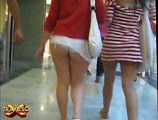 Chava caminando con la falda arriba