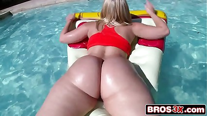 Alexis Texas Brings Her 44'' Ass For A Great Time