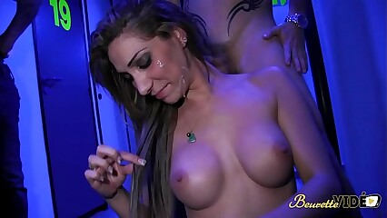 Visite au sex-shop qui finie en bukkake avec Sheryl Riviera