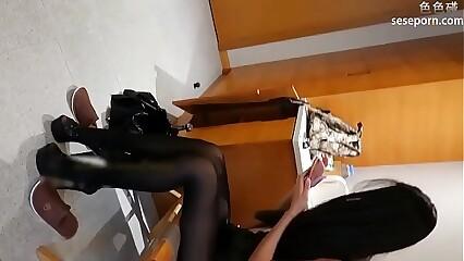 样子清纯的学院嫩模酒店制服大尺度私拍摄影师看着她的逼问她是不是很久没干过
