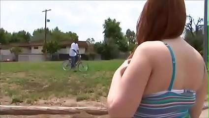 Negão rouba bicicleta de gordinha e a atrai pro